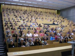 Voller Hörsaal während der Begrüßung
